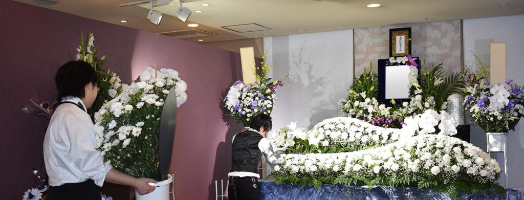 生花祭壇を設営している様子
