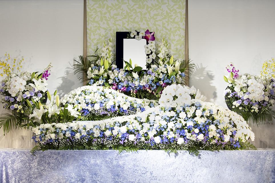 在りし日の面影を表現した、オリジナルの生花祭壇