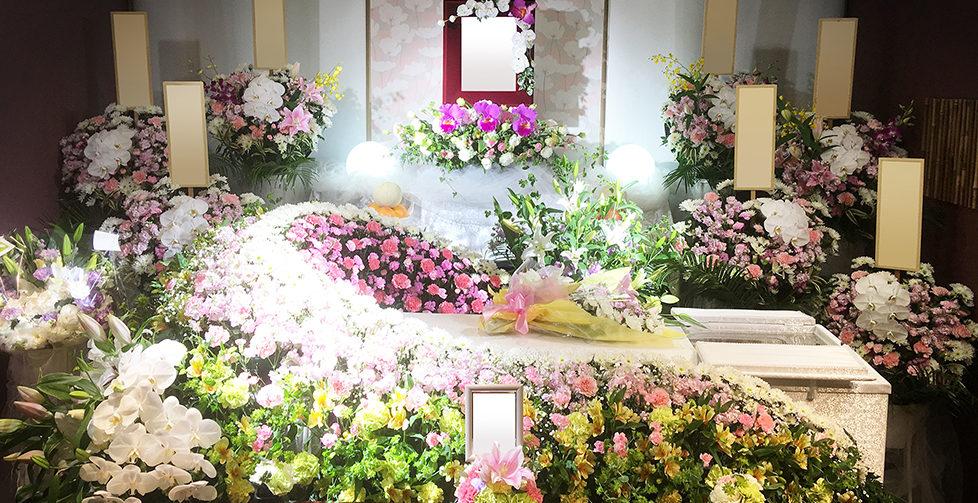 大きな祭壇は設けず、お花で作ったドームにお棺を納めるドームタイプ