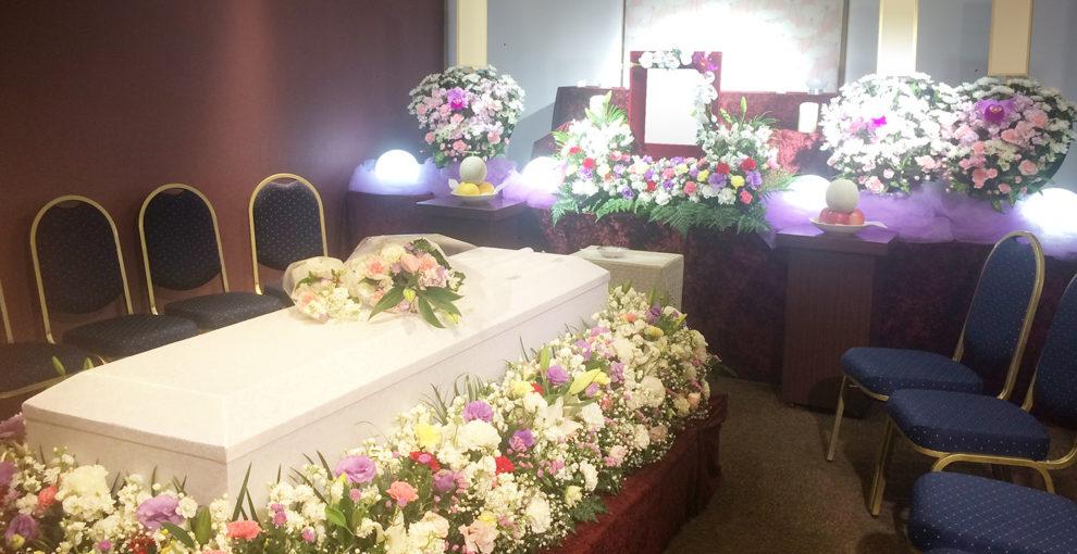お棺をお花で飾り、お棺を囲むように座っていただくかこみタイプ