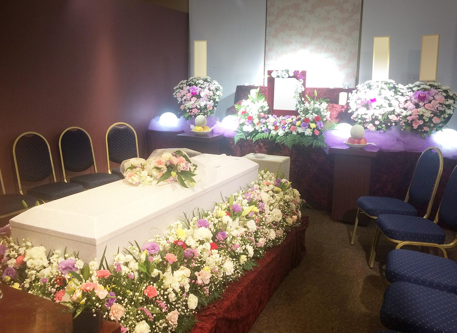 大きな祭壇は設けず、お棺をお花で飾る「かこみタイプ」