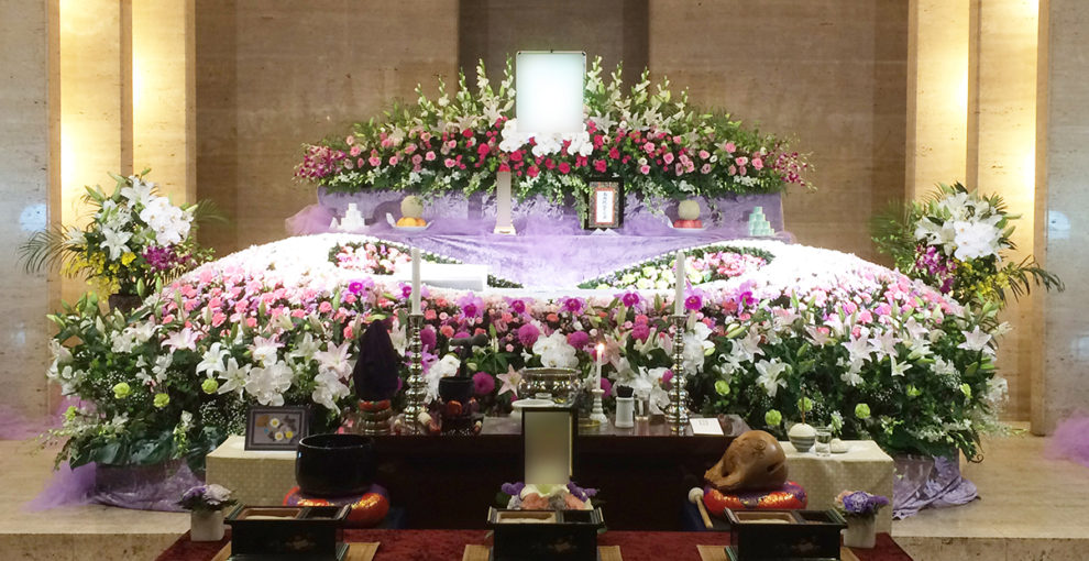 お花で作ったドームにお棺を納める「ドームタイプ」 たくさんのお花でお見送りしたい方に。