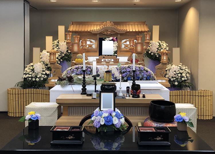 埼葛斎場 常設の白木祭壇と生花祭壇例